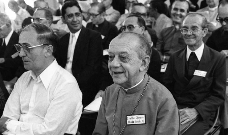 <strong> D. Helder C&acirc;mara</strong> (&agrave; dir., em 1&ordm; plano), arcebispo de Olinda e Recife, na assembl&eacute;ia da CNBB