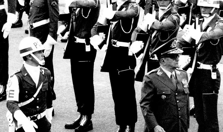 <strong> Ainda ministro do Ex&eacute;rcito, </strong> o general Sylvio Frota passa a tropa em revista