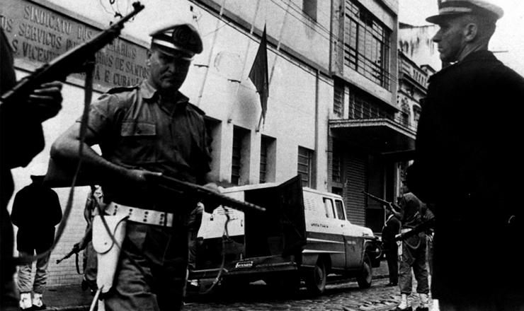 <strong> Pol&iacute;cia invade o Sindicato</strong> dos Portu&aacute;rios de Santos (SP), em abril de 1964