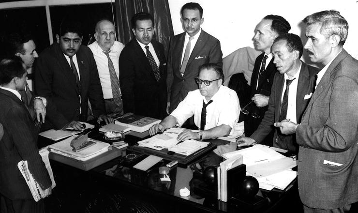 <strong> O presidente do CGT, Dante Pelacani, </strong> sentado, fez parte do comando da greve de 1962