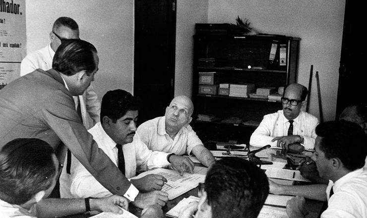 <strong> Roberto Morena e H&eacute;rcules Correia </strong> (sentados, &agrave; esq.) discutem a participa&ccedil;&atilde;o dos sindicatos no Com&iacute;cio da Central com dirigentes da CNTI, CGT e PUA