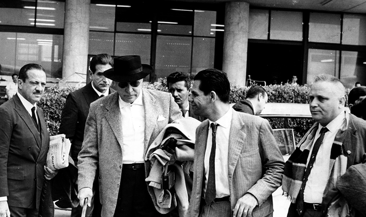 <strong> Dante Pelacani, do CGT, </strong> &agrave; dir., parte para o ex&iacute;lio com Dagoberto Salles e o general Henrique Oest (de chap&eacute;u), em 1964&nbsp;