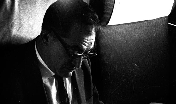 <strong> O ex-governador Miguel Arraes</strong> no voo Paris-Argel, a caminho do ex&iacute;lio na Arg&eacute;lia