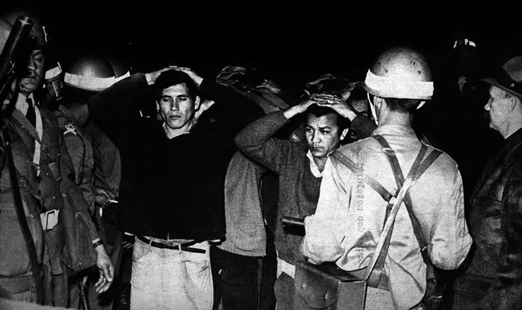 <strong> Metal&uacute;rgicos rendidos </strong> na opera&ccedil;&atilde;o de desocupa&ccedil;&atilde;o da Cobrasma em Osasco (SP), em julho de 1968