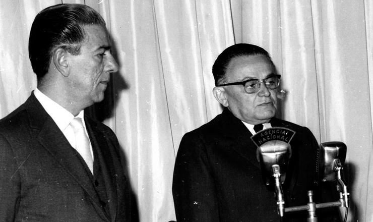<strong> Castelo Branco sanciona a Lei Antigreve </strong> acompanhado de Arnaldo Sussekind, ministro do Trabalho e Previd&ecirc;ncia Social, 1&ordm; de junho de 1964