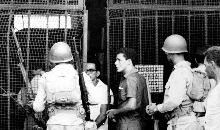 <strong> Ex&eacute;rcito reprime greve </strong> convocada pelo Sindicato dos Portu&aacute;rios do Rio de Janeiro pelo enquadramento salarial da categoria, em fevereiro de 1966&nbsp;