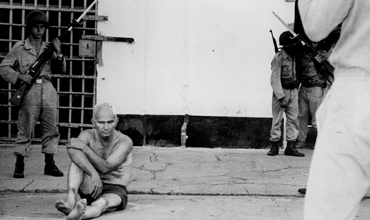 <strong> O ex-deputado Greg&oacute;rio Bezerra </strong> preso no quartel de Casa Forte, em Pernambuco, em 1964
