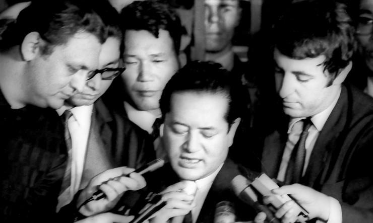 <strong> O c&ocirc;nsul japon&ecirc;s&nbsp;</strong> Nobuo Okushi d&aacute; entrevista ap&oacute;s ser libertado pelos sequestradores