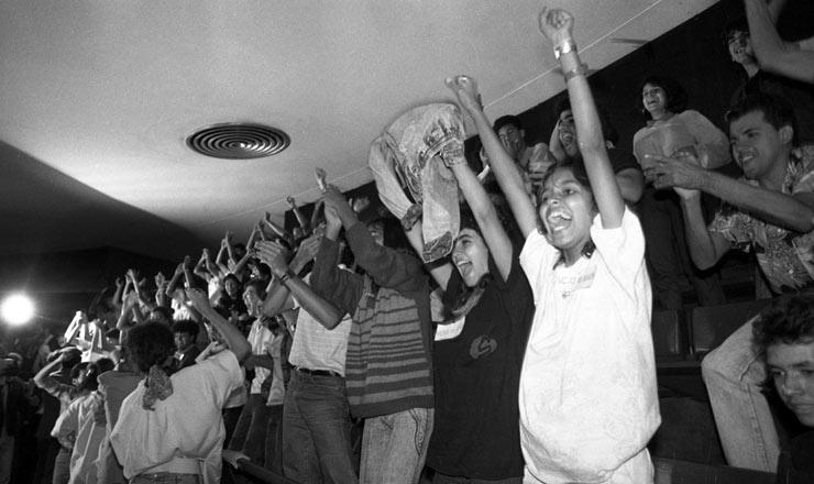 <strong> Jovens comemoram&nbsp;na galeria</strong> do Congresso a aprova&ccedil;&atilde;o da emenda que instituiu o voto facultativo aos 16 anos  &nbsp;