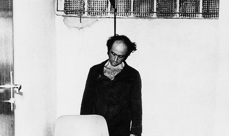 <strong> Vladimir Herzog morto na cela </strong> do DOI-Codi de S&atilde;o Paulo; a foto foi utilizada para corroborar a vers&atilde;o mentirosa do regime de que o jornalista se suicidara