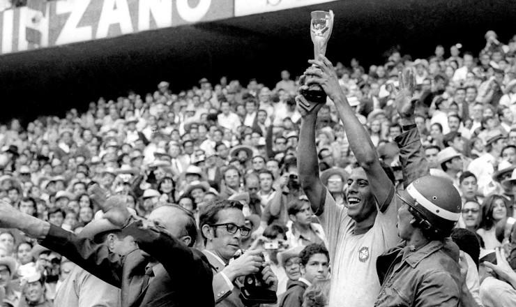 <strong> O capit&atilde;o Carlos Alberto</strong> levanta a ta&ccedil;a na conquista do tricampeonato mundial de futebol, no M&eacute;xico