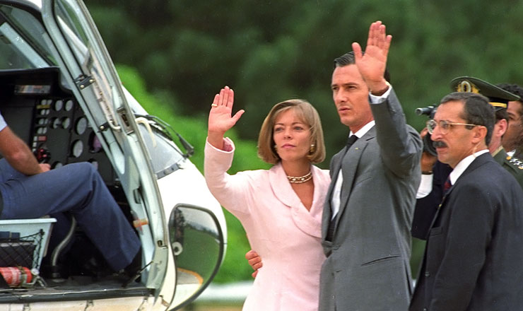 <strong> Fernando Collor e Rosane, </strong> então sua mulher, pouco antes deembarcar no helicóptero que os levaria do Palácio do Planalto após o afastamento do presidente por 180 dias, exigência constitucional para o processo de impeachment