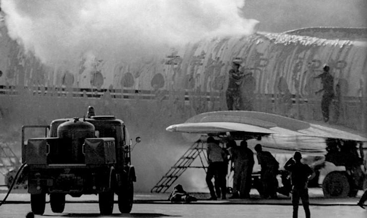 <strong> Militares lan&ccedil;am espuma</strong> na aeronave para impedir a vis&atilde;o dos sequestradores de dentro para fora do avi&atilde;o