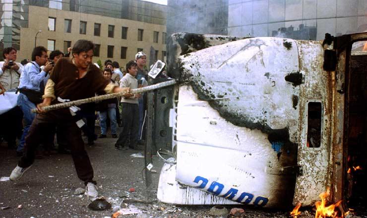 <strong> Mexicanos protestam contra a crise </strong> econômica no primeiro dia do mandato do presidente Ernesto Zedillo, em 1° de dezembro de 1994