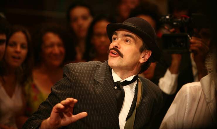 <strong> O ator Marcelo Drummond, </strong> no papel do escritor Euclides da Cunha, na montagem da pe&ccedil;a em 2007