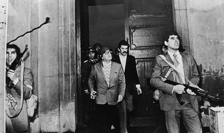 <strong> O presidente Salvador Allende </strong> (ao centro) observa os avi&otilde;es Hawker Hunter&nbsp;que bombardeam o Pal&aacute;cio de La Moneda