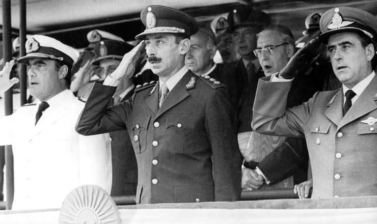 <strong> Membros da Junta Militar </strong> que assumiu o poder com o golpe de mar&ccedil;o de 1976: almirante Emilio Massera, general Jorge Rafael Videla e brigadeiro Orlando Agosti (da esq. para a dir.)
