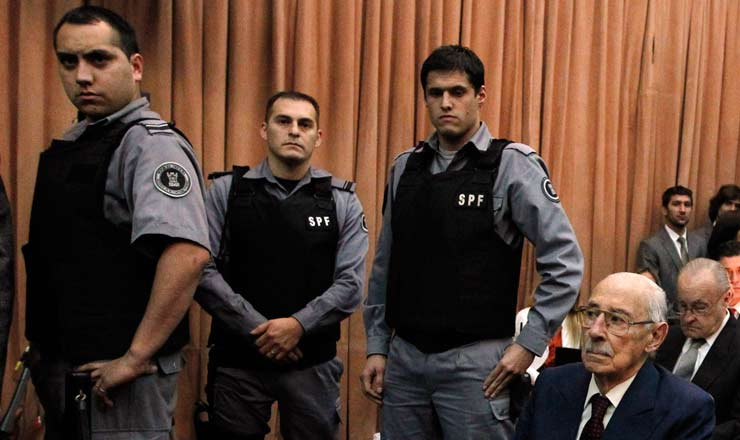 <strong> L&iacute;der do golpe militar, </strong> o general Videla durante seu julgamento por crimes de sequestro e assassinato pol&iacute;tico; ele foi condenado &agrave; pris&atilde;o perp&eacute;tua em 2012 e morreu na cadeia no ano seguinte