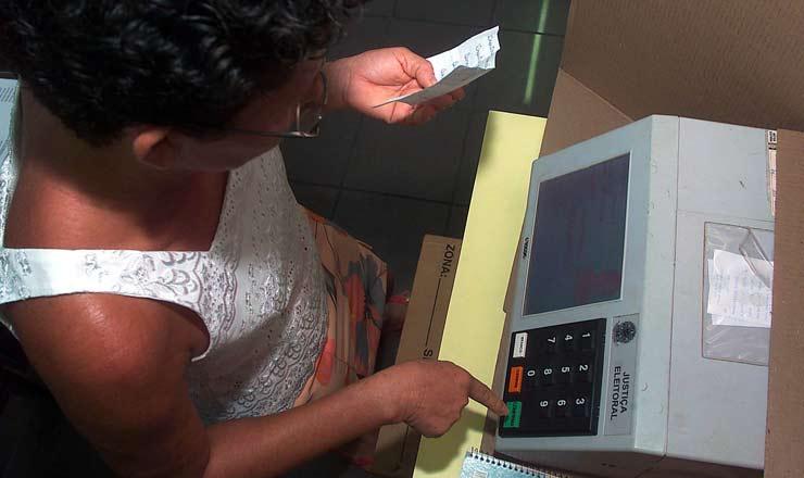 <strong> Eleitora de S&atilde;o Lu&iacute;s </strong> vota pela primeira vez em urna eletr&ocirc;nica&nbsp;
