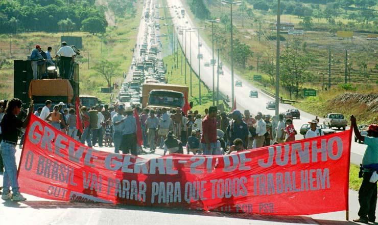<strong> Manifestantes&nbsp;sem terras </strong> interditam a rodovia DF-03 na entrada de Bras&iacute;&shy;lia no dia da greve geral, provocando congestionamento
