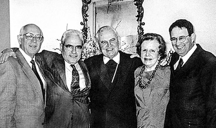 <strong> D. Paulo Evaristo Arns </strong> (ao centro) com Dalmo Dallari, Jos&eacute; Carlos Dias, Margarida Genevois e Marco Antonio Barbosa (da esq. para a dir.), que presidiram a Comiss&atilde;o Justi&ccedil;a e Paz