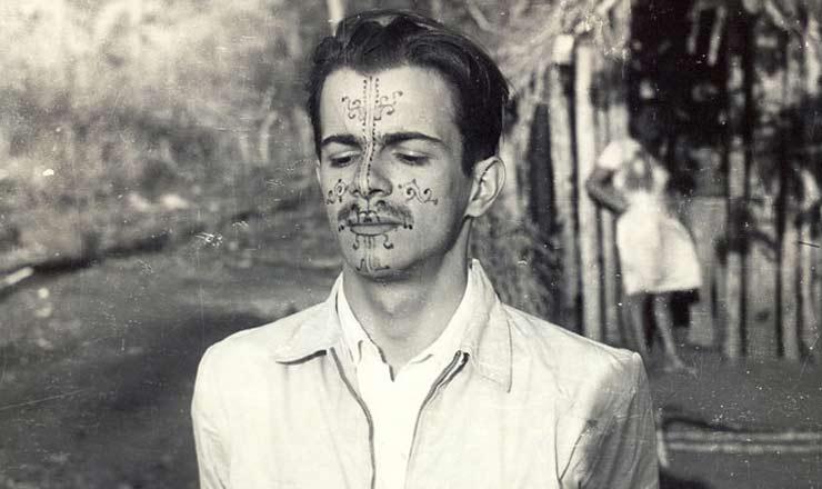 <strong> Darcy Ribeiro na d&eacute;cada de 1940,</strong> com rosto pintado por &iacute;ndios kadiw&eacute;u, grupo ind&iacute;gena estudado pelo antr&oacute;pologo