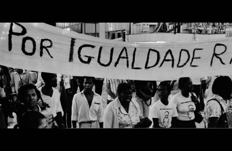 <strong> Manifestantes marcham</strong> por igualdade racial em frente ao viaduto do Ch&aacute;, no centro de S&atilde;o Paulo