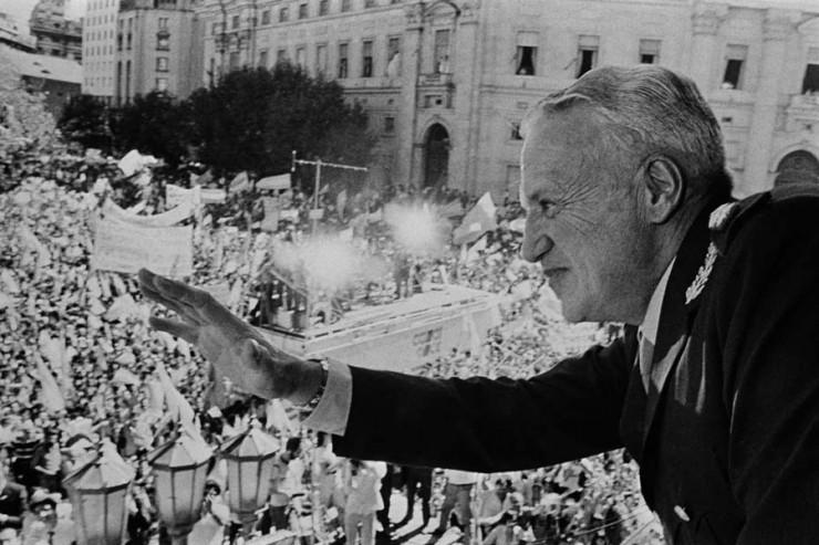 <strong> General Leopoldo Galtieri,&nbsp;</strong> que esteve &agrave; frente da ditadura argentina entre 1981 e 1982, durante manifesta&ccedil;&atilde;o nacionalista em Buenos Aires pela ocupa&ccedil;&atilde;o das Ilhas Malvinas