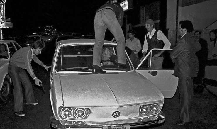 <strong> Policiais comandados por Richetti </strong> (à dir., de terno) param carro guiado por travesti durante ronda policial no centro de São Paulo