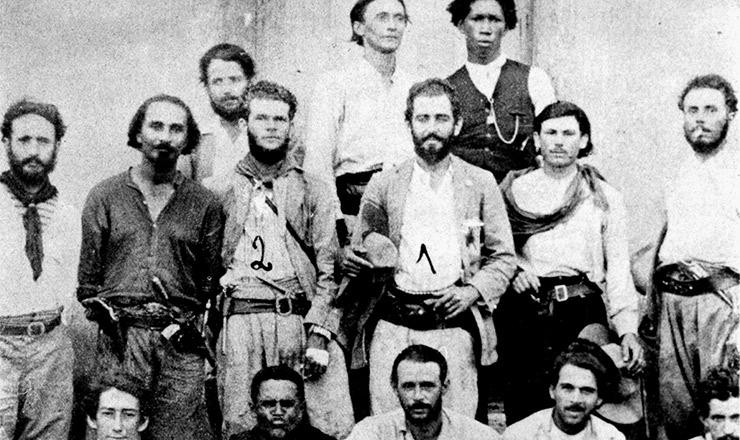 <strong> Siqueira Campos</strong> (assinalado com o n&uacute;mero 1) em 1927, acompanhando a Coluna Prestes em sua passagem pela Bahia  &nbsp;