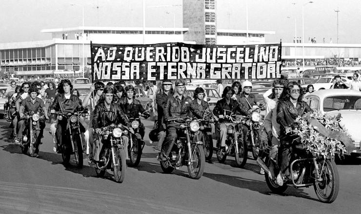 <strong> Motoqueiros homenageiam</strong> o ex-presidente durante cortejo f&uacute;nebre em Bras&iacute;lia