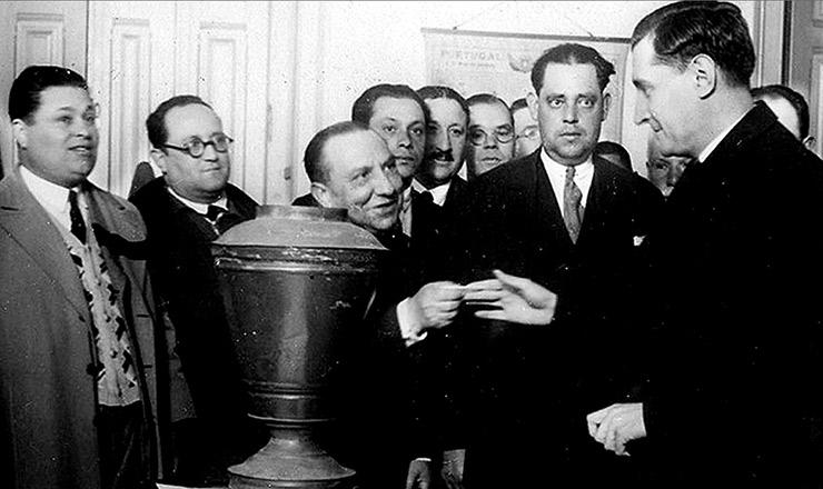 <strong> Oliveira Salazar&nbsp;</strong> vota no plebiscito de 1933, que lhe daria&nbsp;amplos poderes
