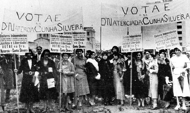 <strong> Eleitoras fazem </strong> campanha para uma candidata à Constituinte