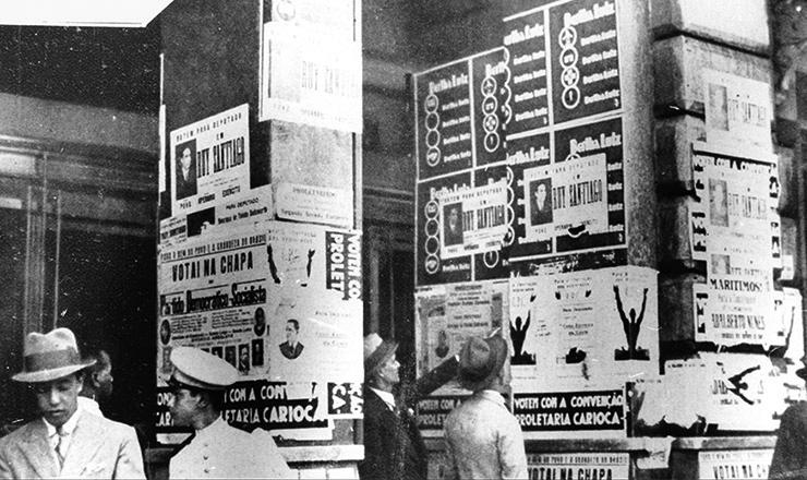 <strong> Propaganda eleitoral </strong> cobre as paredes deprédio no Rio de Janeiro, em 1933