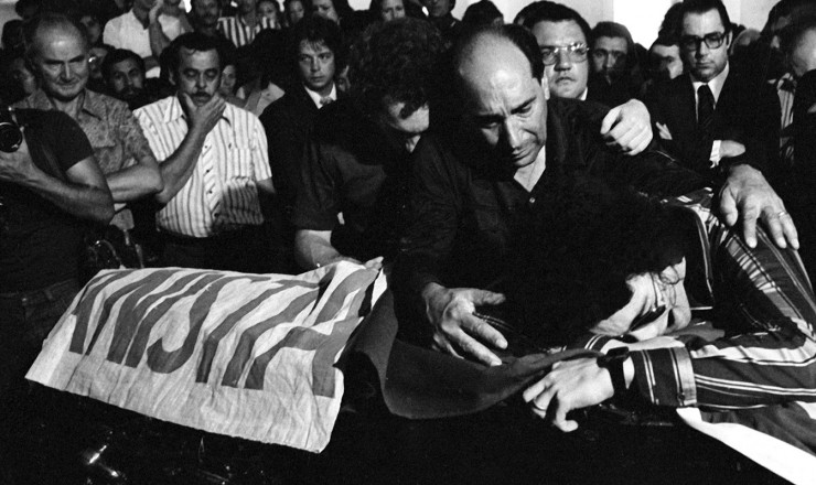 <strong> Velório de João Goulart</strong> em São Borja (RS); sobre o caixão, bandeira com a palavra Anistia depositada pela filha de Jango