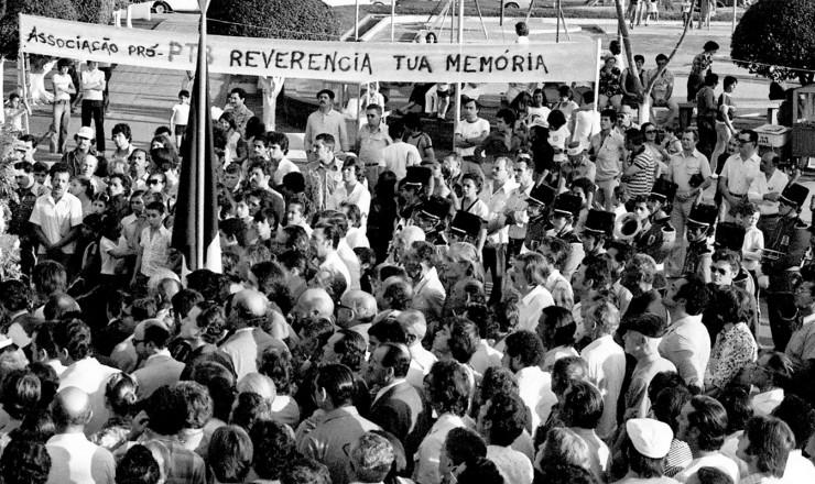 <strong> Multid&atilde;o acompanha </strong> o funeral do ex-presidente em sua cidade natal
