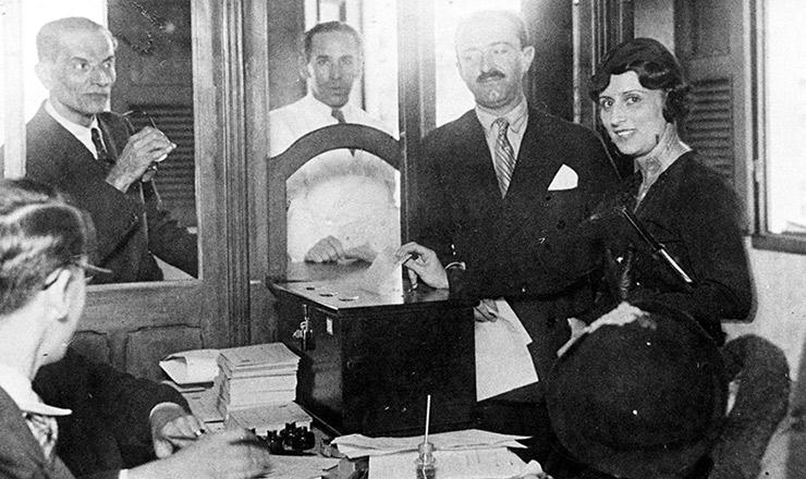 <strong> A professora Celina Guimarães Viana, a primeira eleitora do Brasil, vota em 1928 </strong> no RN, primeiro estado a modificar sua legislação para permitir o voto feminino